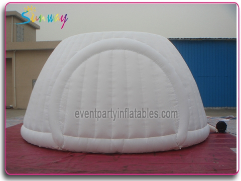 Inflatable pan with closure